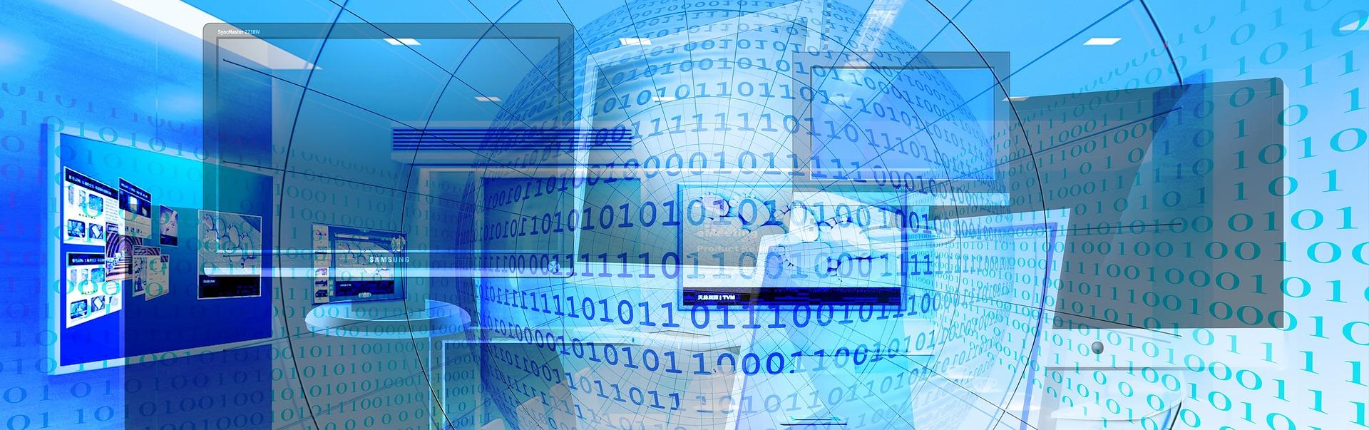 Image présentant le Web, elle contient plusieurs ordinateurs et écrans ainsi que des lignes de code informatique binaire 0 et 1.